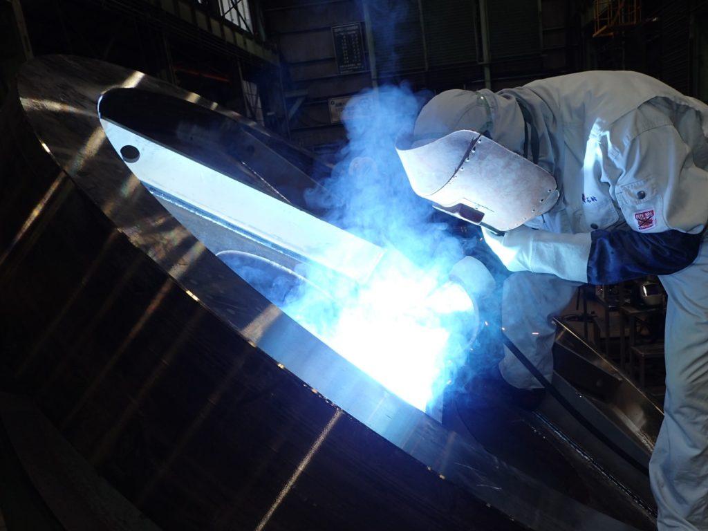 溶接作業を行うSKK製造部の石村